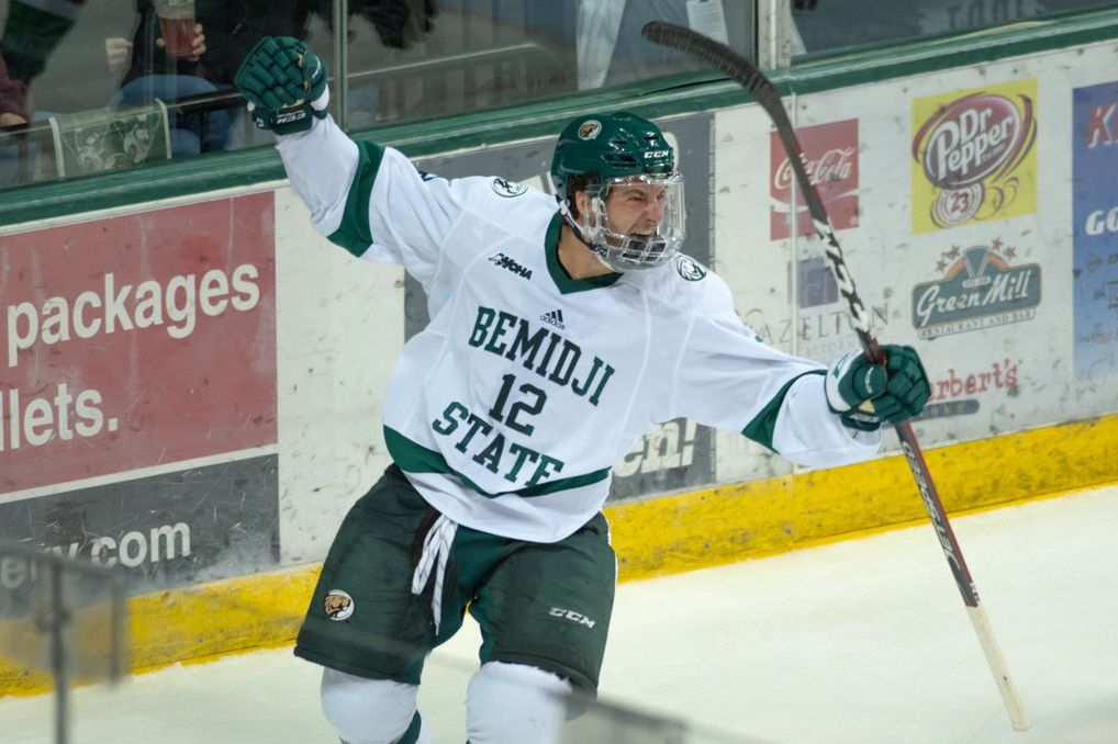 Sillinger supplies offense, Johnson provides defense in 2-0 win at UAA