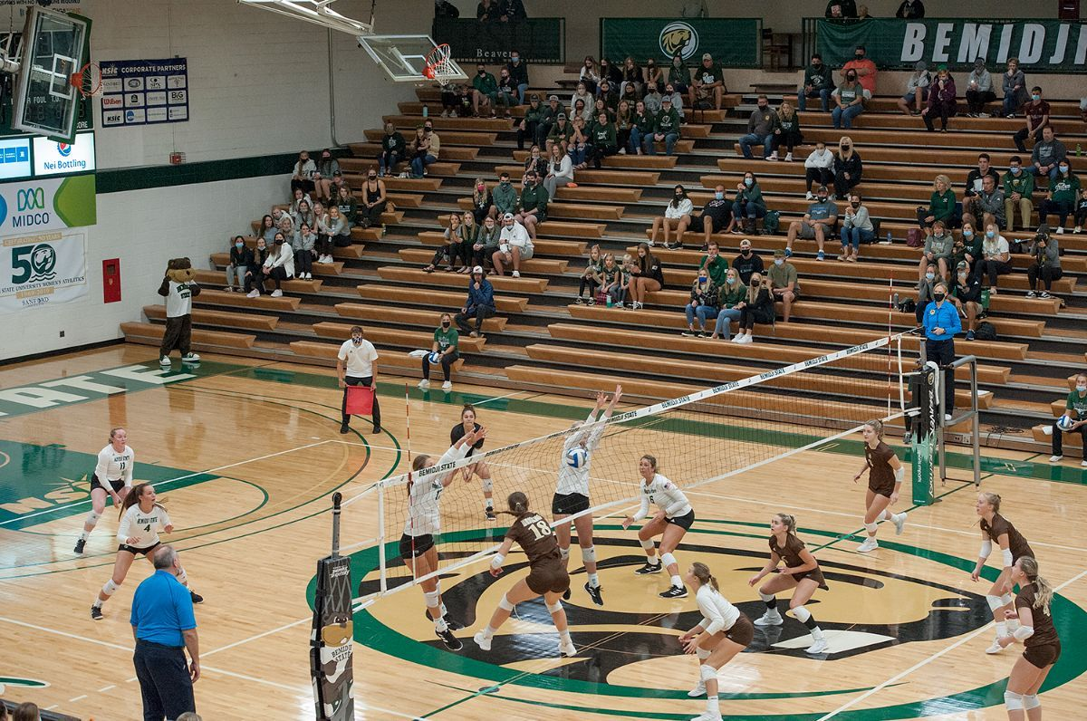 Beavers fall in four sets to No. 8 Mustangs in first home match since 2019