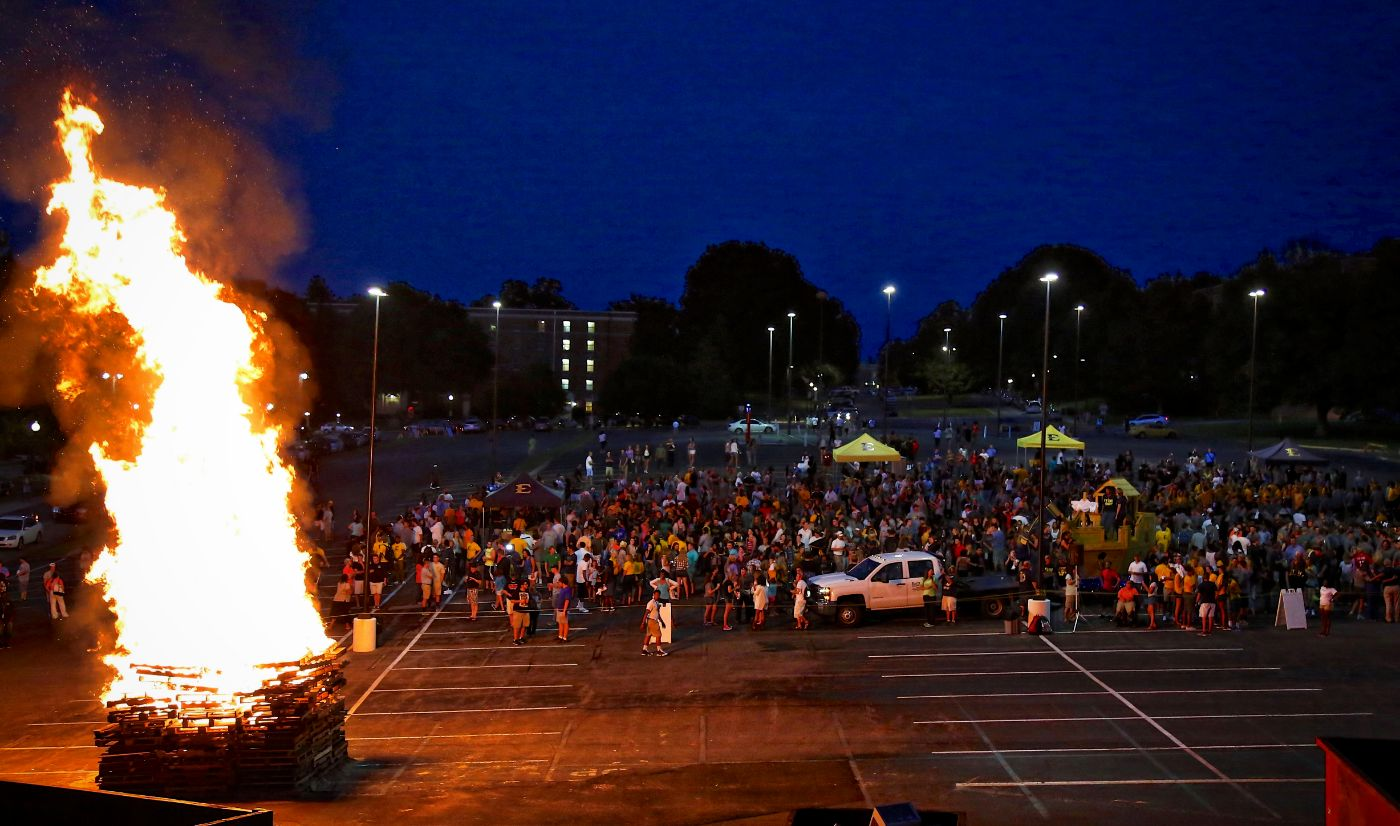 Large crowd attends bonfire pep rally; new Bucky arrives