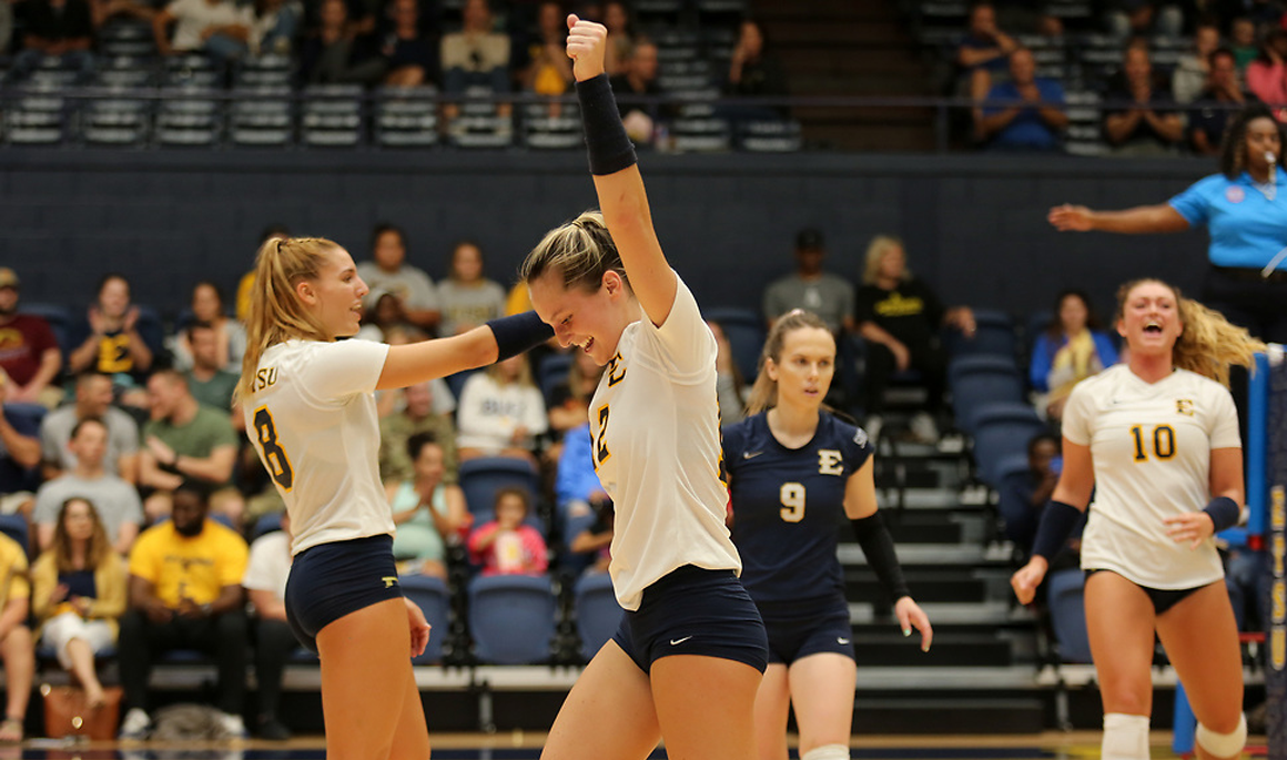 Volleyball sweeps WCU in conference opener