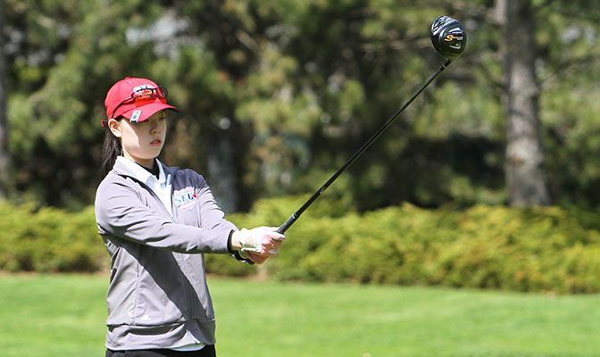 Simon Fraser's Estee Leung enters the second round of the GNAC Championships with a three-stroke lead over Concordia's Caitlyn Villatora. Photo by Shawn Toner.