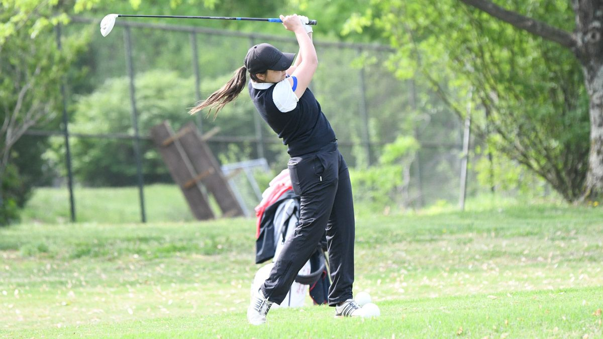 Pages Preuss tied for fourth, Phoenix women eighth after third round