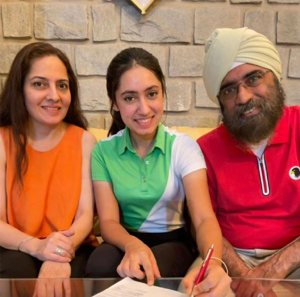 Sachdev Signs with Women's Golf