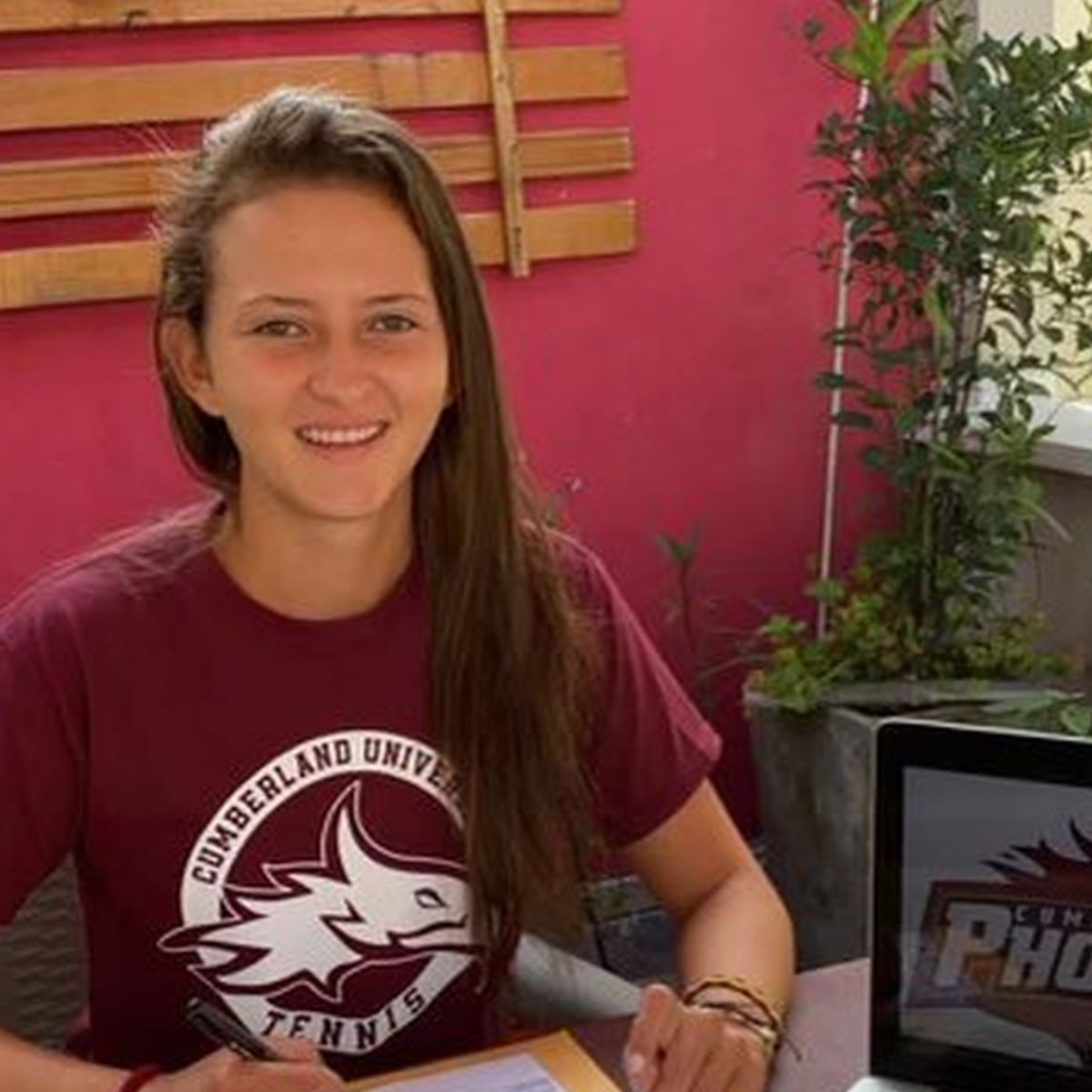 Colombia native signs with Women's Tennis