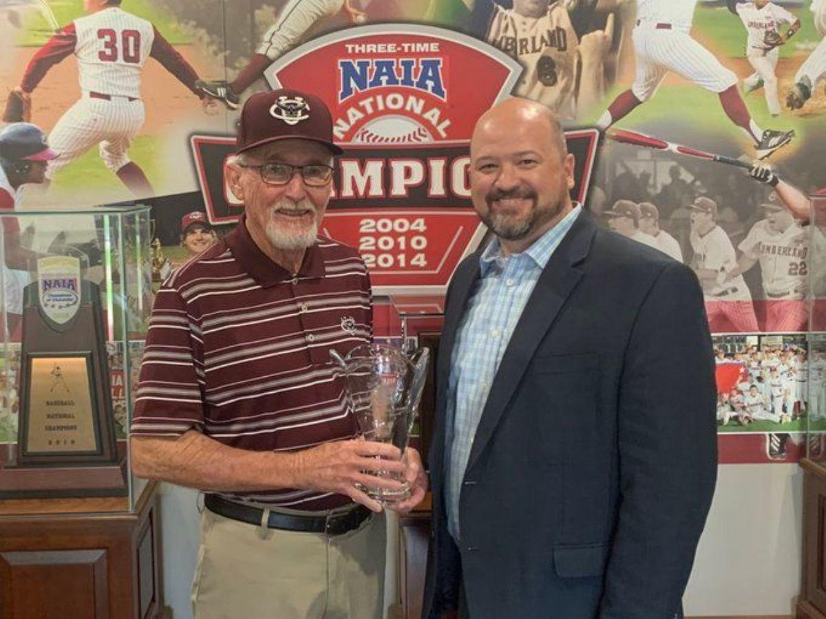 Coach Hunt receives the Pat Summitt Lifetime Achievement Award