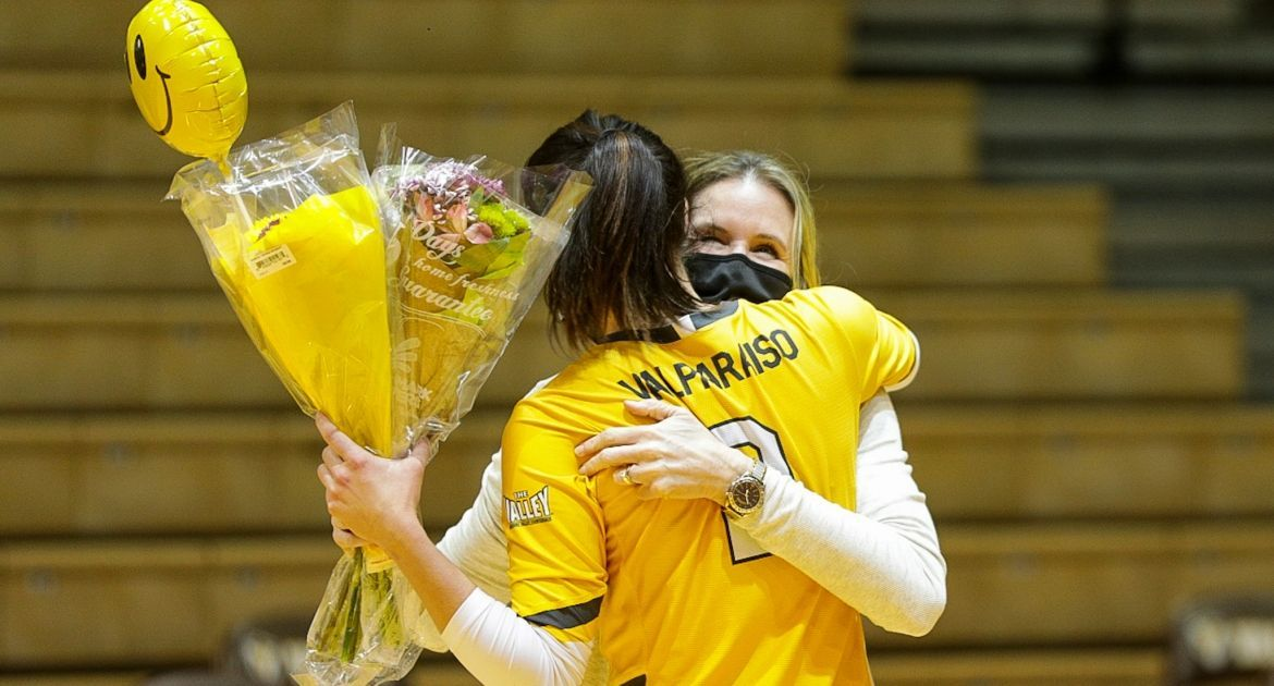 Volleyball Sweeps Indiana State to Kick Off Senior Weekend