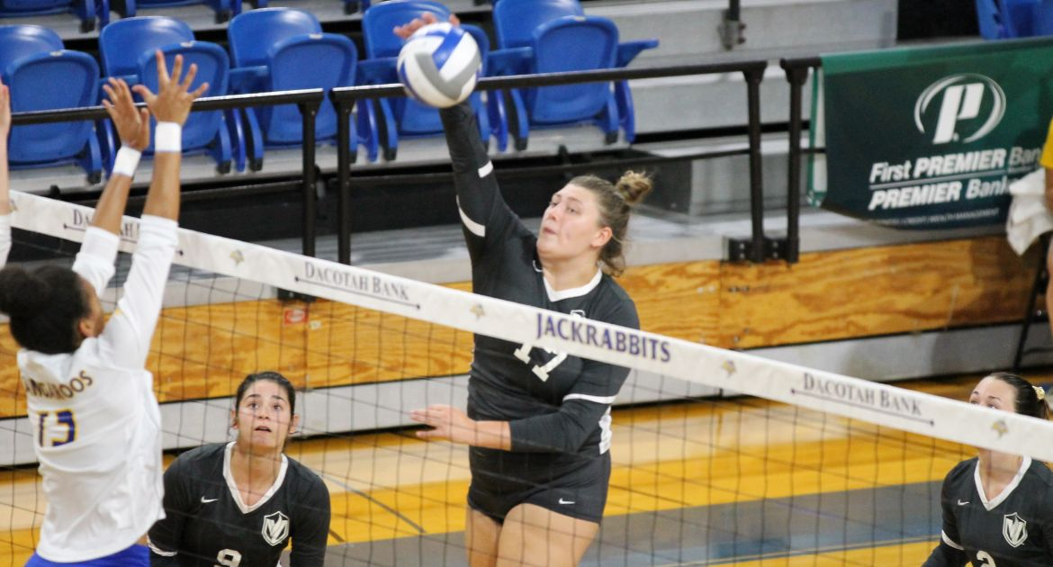 Volleyball Comeback Effort Falls Short at Illinois State