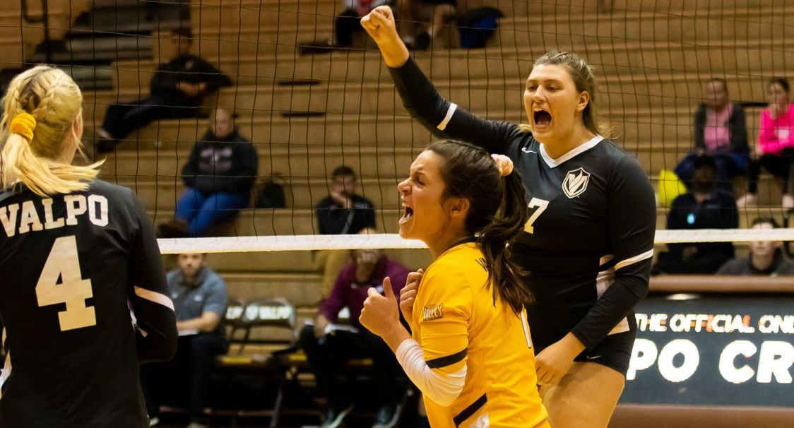 Volleyball Earns Third Straight Win With Sweep of SIU