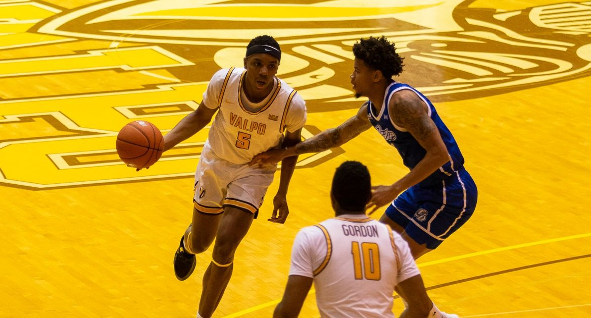 Valpo Makes Key Plays Down Final Stretch to Top Drake on Saturday