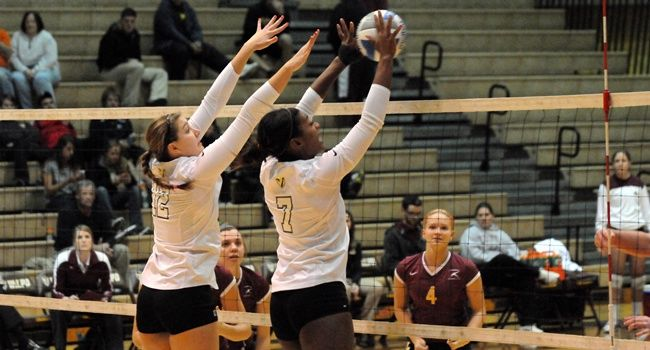 Crusaders Fall in Five-Setter to Loyola